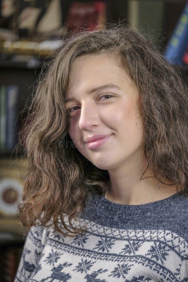 Bella ragazza attraente in un maglione di lana immagini stock
