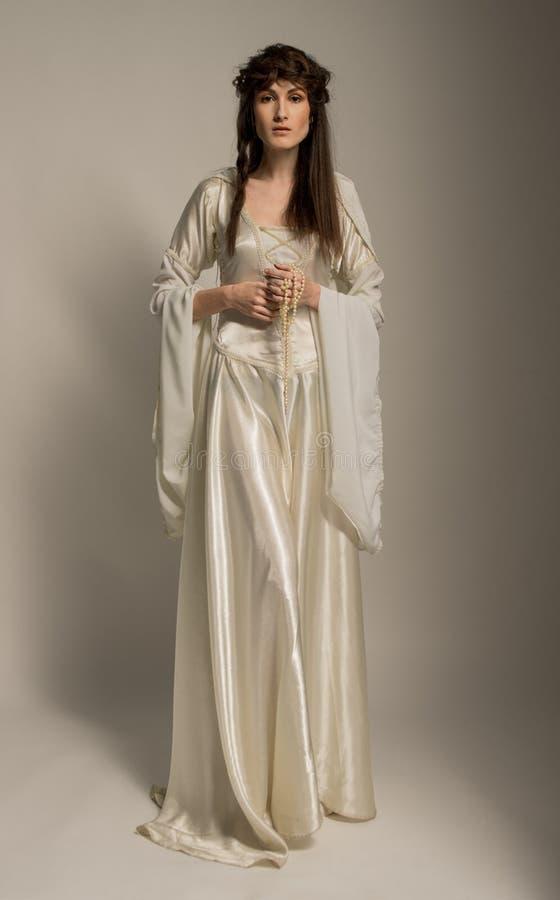 Bella ragazza in bello vestito medievale immagine stock