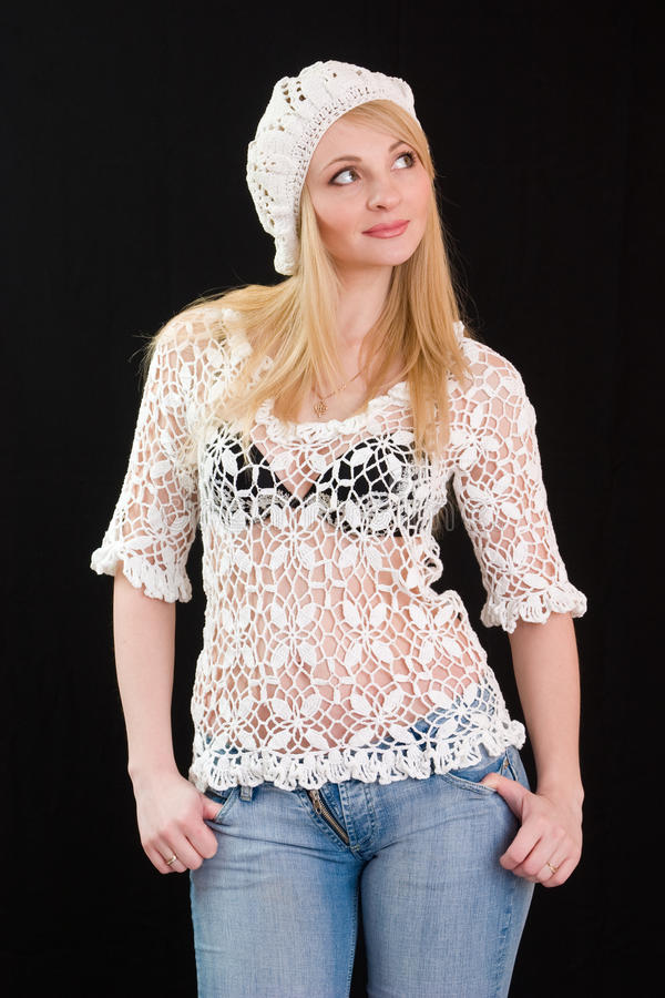 Bella ragazza in berreto bianco e rivestimento lavorato a maglia. fotografie stock libere da diritti