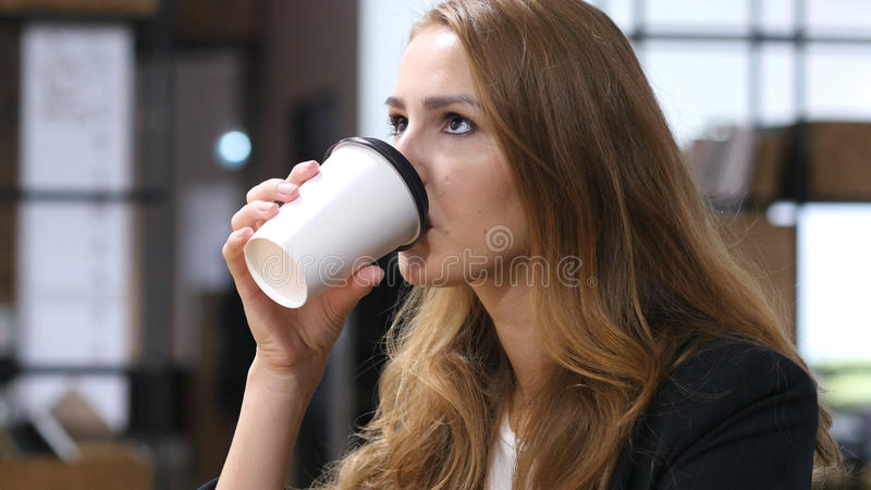 Bella ragazza bevente del caffè, ritratto, fine su fotografia stock