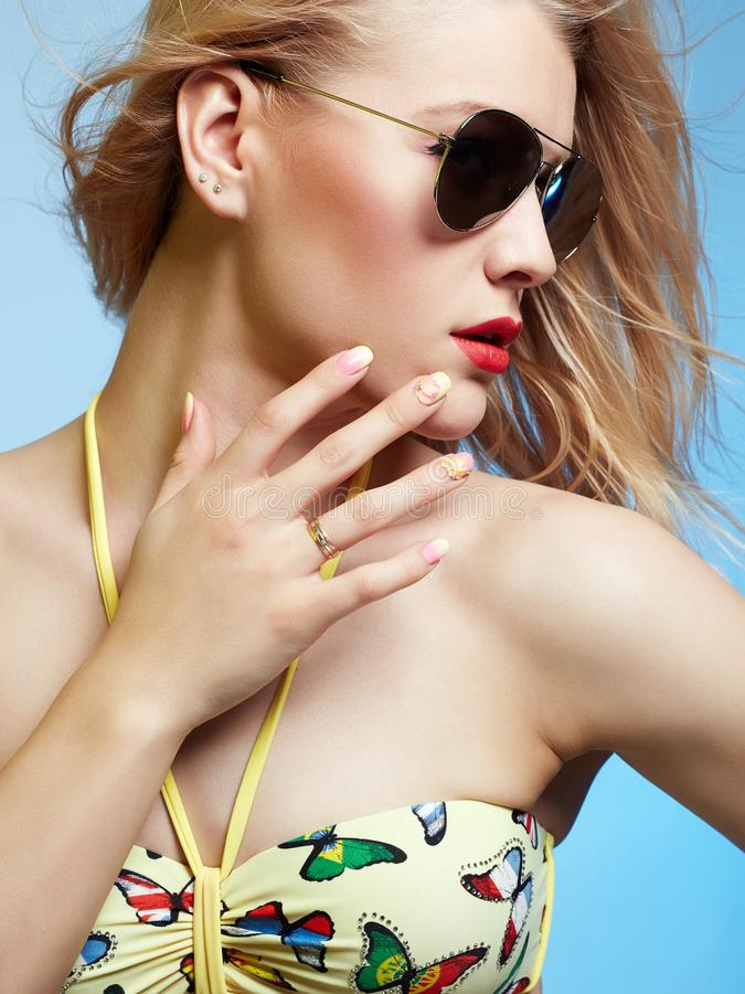 Bella ragazza in bikini ed occhiali da sole immagini stock
