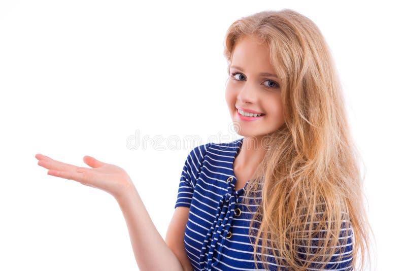 Bella ragazza bionda che mostra mano vuota fotografia stock libera da diritti