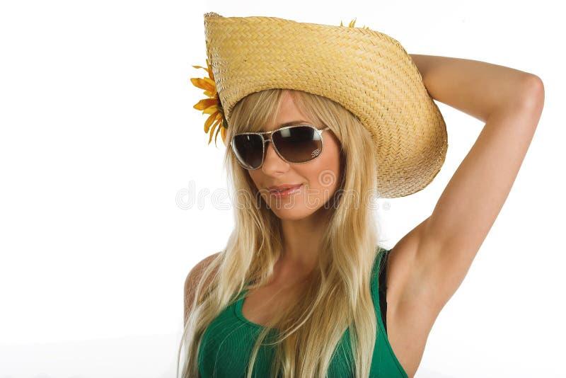 Bella ragazza bionda con il cappello di estate immagini stock