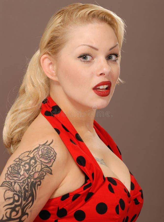 Bella ragazza bionda con il tatuaggio fotografia stock