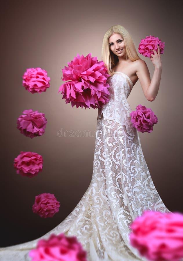 Bella ragazza bionda con un vestito da chic fotografia stock