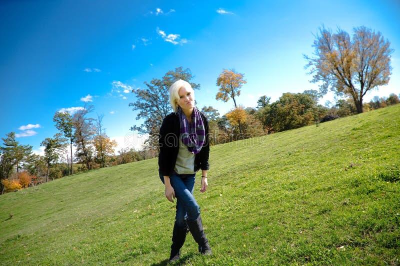 Bella ragazza bionda del paese in un campo spalancato fotografia stock libera da diritti