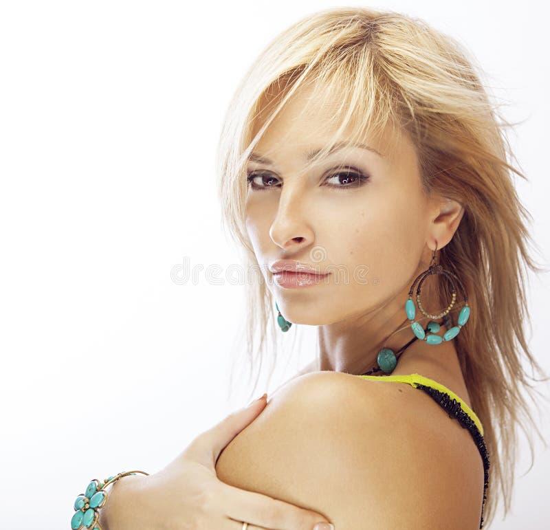 Bella ragazza bionda su un fondo bianco Capelli lunghi biondi fotografia stock
