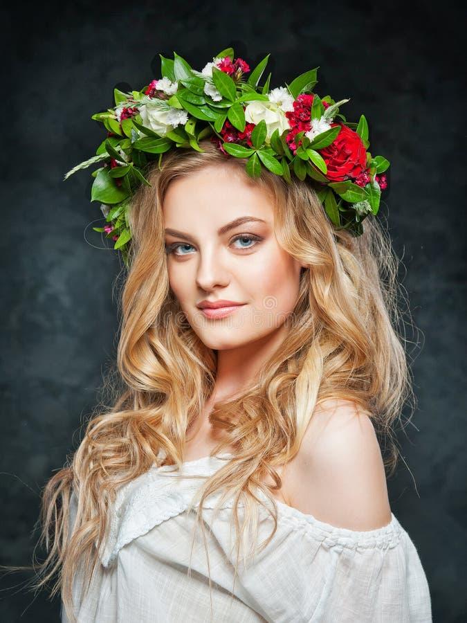 Bella ragazza bionda in una corona dei fiori immagine stock libera da diritti