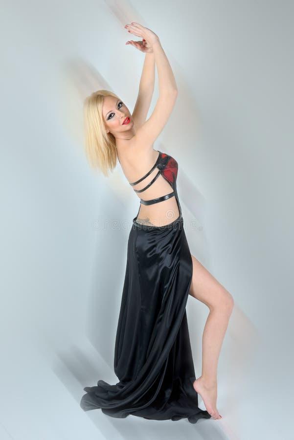 Bella ragazza bionda in vestiti ballanti fotografie stock