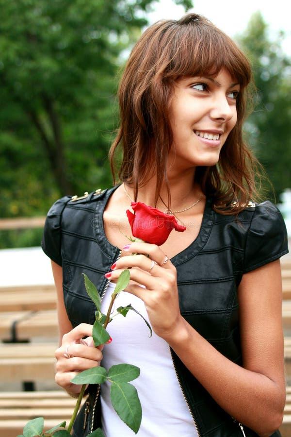 Bella ragazza castana con il germoglio della rosa immagine stock libera da diritti