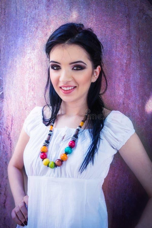 Bella ragazza castana con il grande vestito bianco e dall'occhio, n sorridente immagini stock libere da diritti