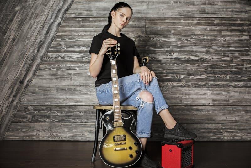 Bella ragazza caucasica con la chitarra immagine stock