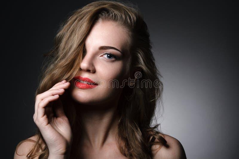 Bella ragazza caucasica con le labbra rosse immagini stock