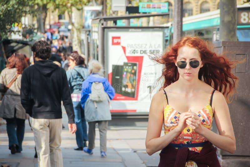 Bella ragazza che cammina dal piccolo negozio di ricordo e di arte a Parigi fotografie stock libere da diritti