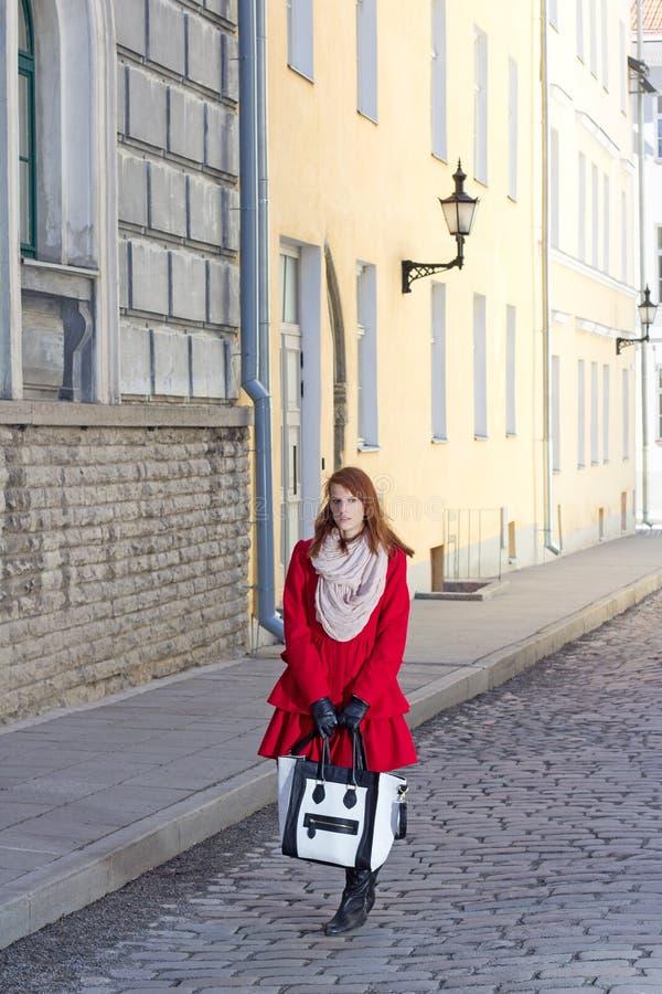 Download Bella Ragazza Che Cammina Nella Vecchia Città Di Tallinn Fotografia Stock - Immagine di europa, signora: 30832114