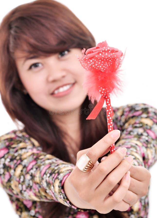 Bella ragazza che dà fiore immagine stock