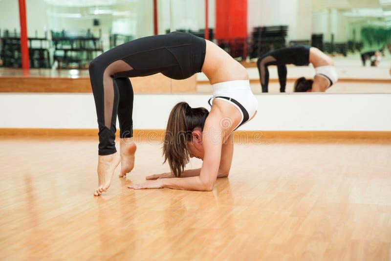 Bella ragazza che fa una certa ginnastica alla palestra - Colorazione immagine di una ragazza ...