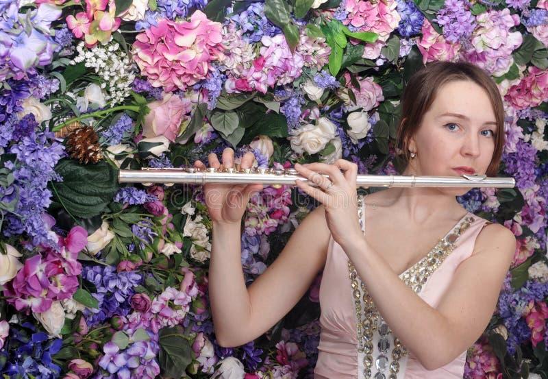 Bella ragazza che gioca la flauto fotografia stock libera da diritti