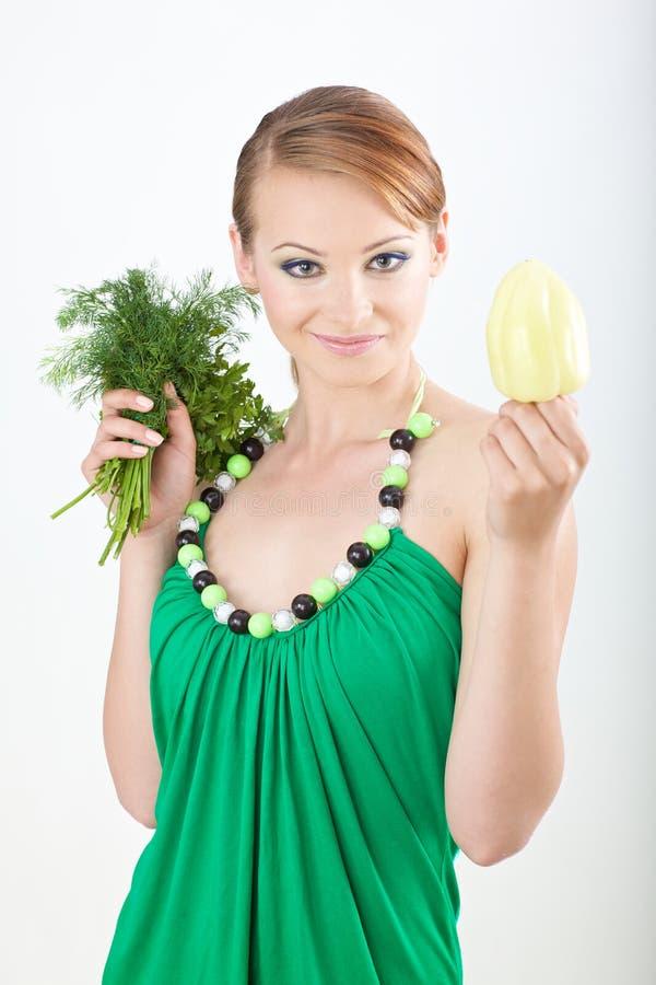 Bella ragazza che giudica un pepe bulgaro fotografia stock