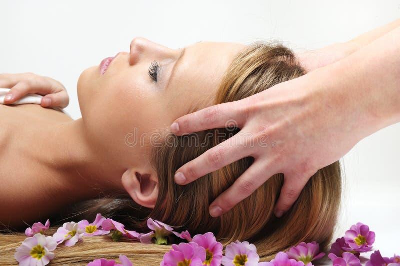 Bella ragazza che ha massaggio in stazione termale