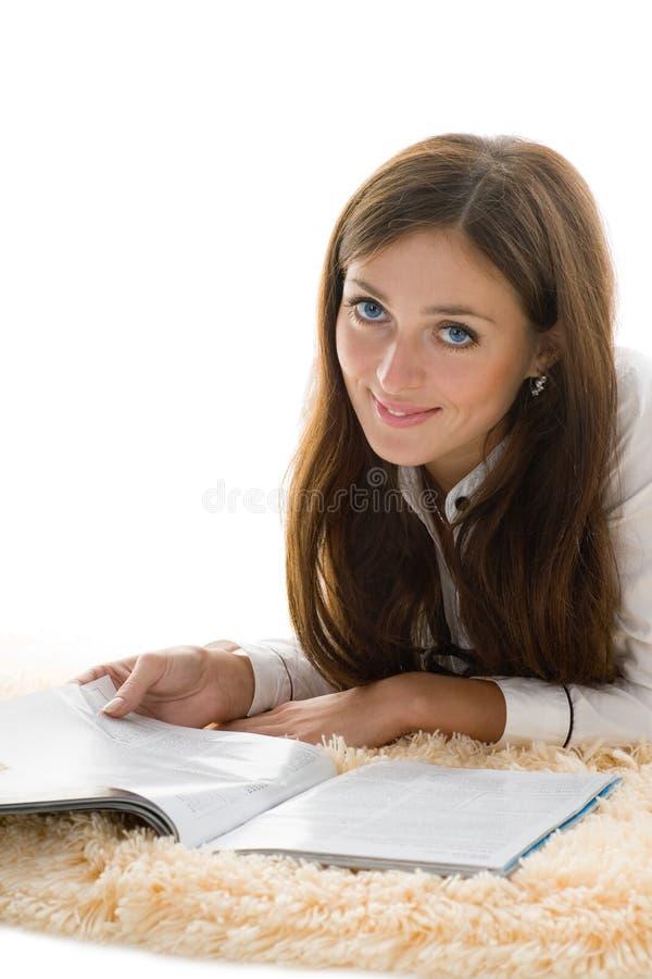 Bella ragazza che legge uno scomparto fotografie stock