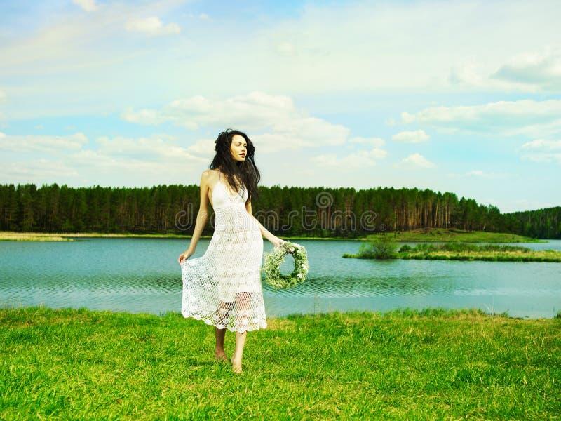 Bella ragazza che porta una corona dei wildflowers fotografia stock