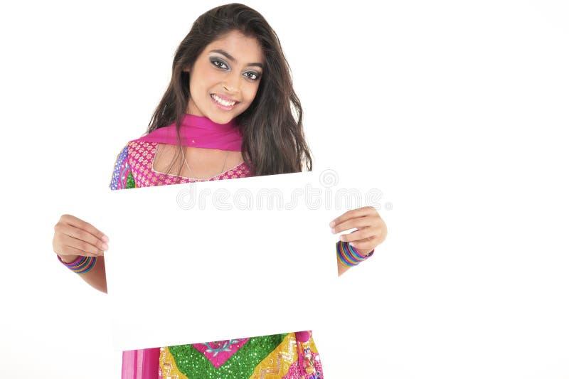 Bella ragazza che porta vestito etnico indiano immagini stock