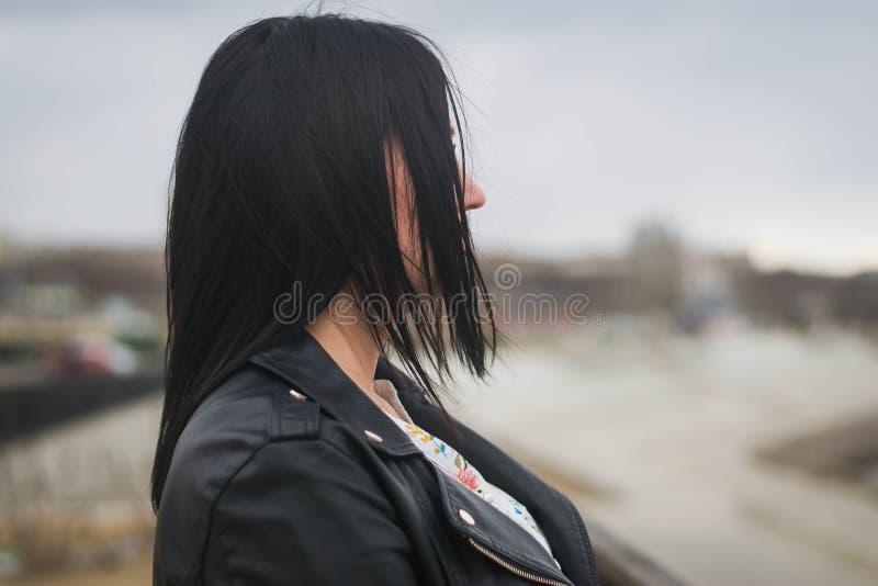 Bella ragazza che posa contro il contesto del fiume immagine stock libera da diritti
