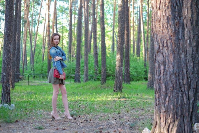 Bella ragazza che posa nel parco fotografia stock libera da diritti