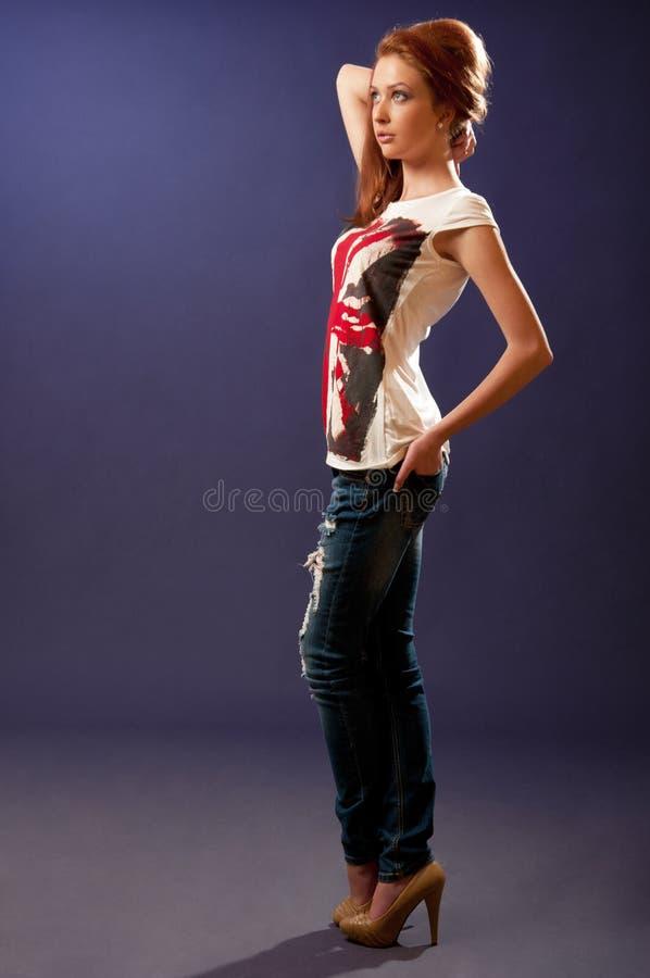 Bella ragazza che propone per il tiro di modo immagini stock