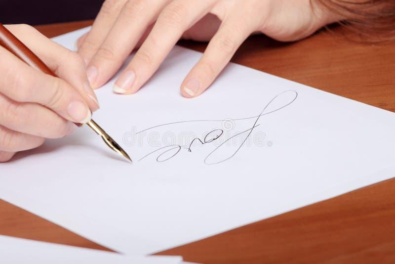 Bella ragazza che scrive una lettera fotografie stock libere da diritti