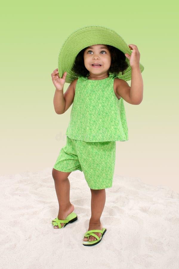 Download Bella Ragazza Che Si Leva In Piedi Nella Sabbia Fotografia Stock - Immagine di africano, bambino: 208164