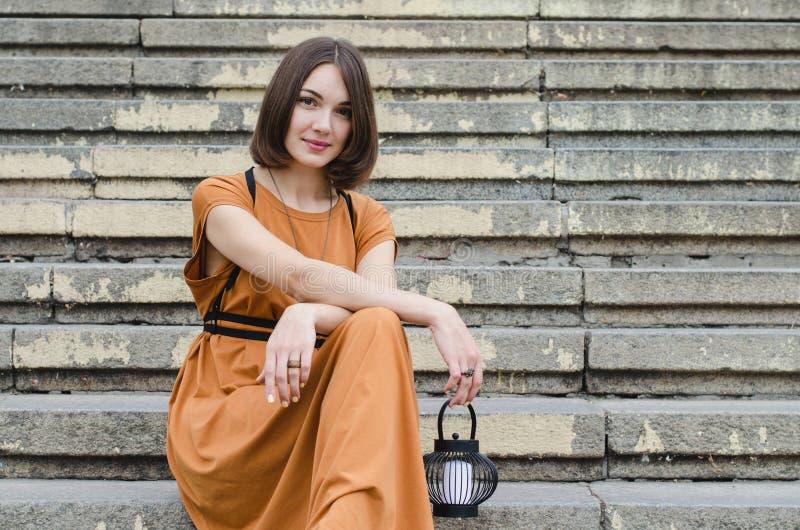 Bella ragazza che si siede sulle scale fotografia stock