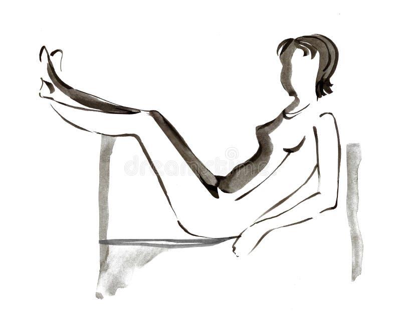 Bella ragazza che si trova sullo strato con le gambe sollevate