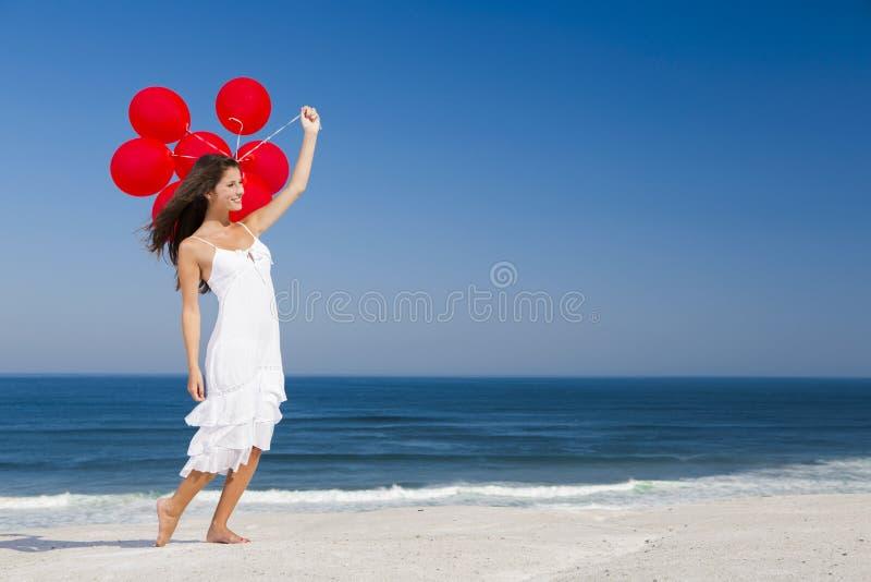 Bella ragazza che tiene gli impulsi rossi fotografie stock libere da diritti
