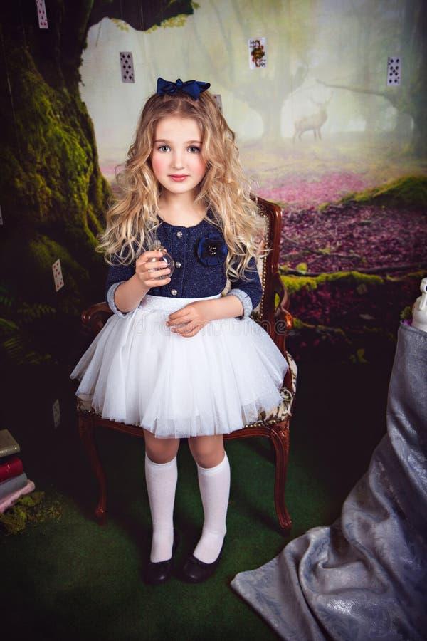 Bella ragazza come Alice nel paese delle meraviglie fotografie stock