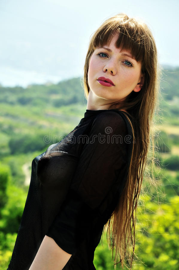 Bella ragazza con capelli bagnati lunghi immagine stock libera da diritti