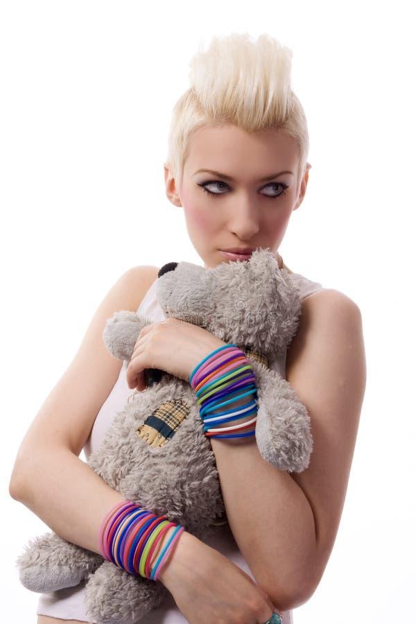 Bella ragazza con capelli biondi e l'orsacchiotto fotografia stock libera da diritti