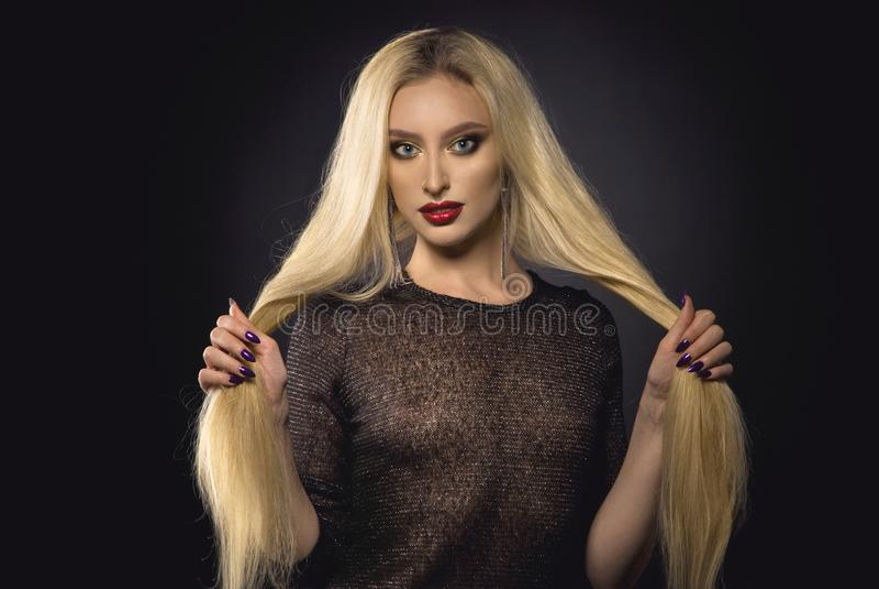 bella ragazza con capelli biondi lunghi fotografia stock libera da diritti