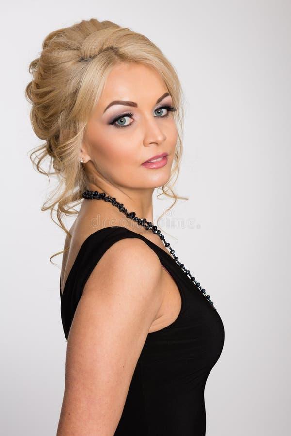 Bella ragazza con capelli biondi su un gray immagini stock libere da diritti