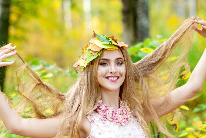 Bella ragazza con capelli lunghi nella foresta di autunno fotografie stock