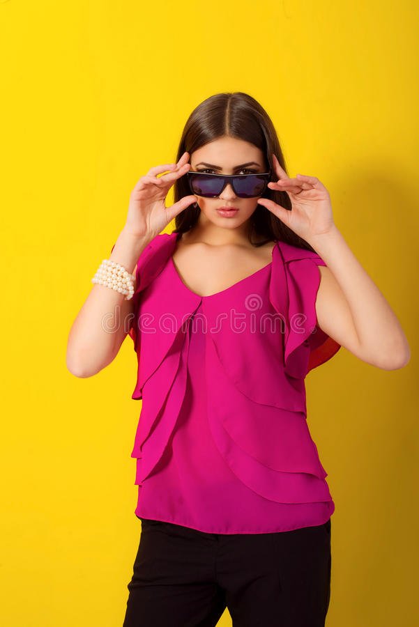 Bella ragazza con capelli lunghi in una blusa porpora immagini stock