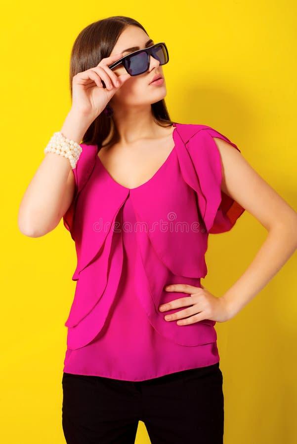 Bella ragazza con capelli lunghi in una blusa porpora fotografie stock libere da diritti