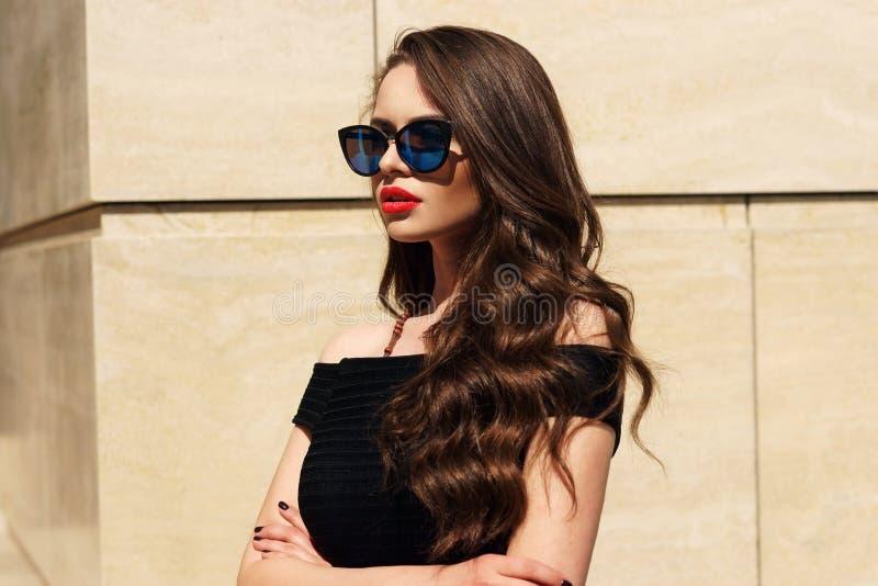 Bella ragazza con capelli ricci lunghi fotografia stock