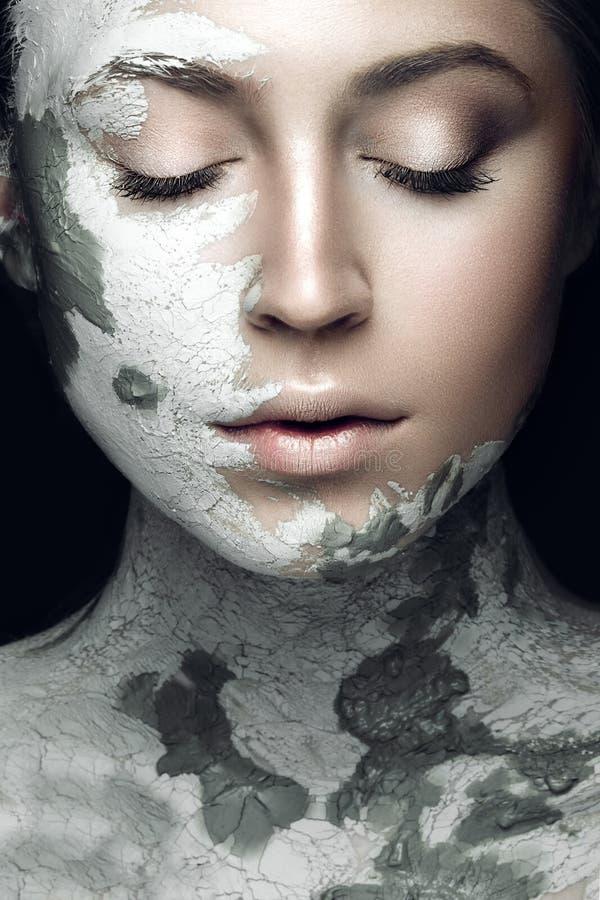 Bella ragazza con fango sul suo fronte Mascherina cosmetica Fronte di bellezza immagine stock libera da diritti