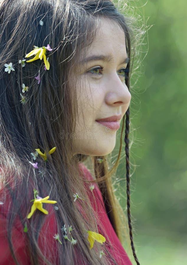 Bella ragazza con i fiori in suoi capelli fotografia stock libera da diritti