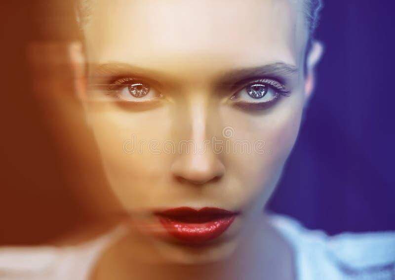 Bella ragazza con i grandi occhi e selvaggio-osservato fotografie stock