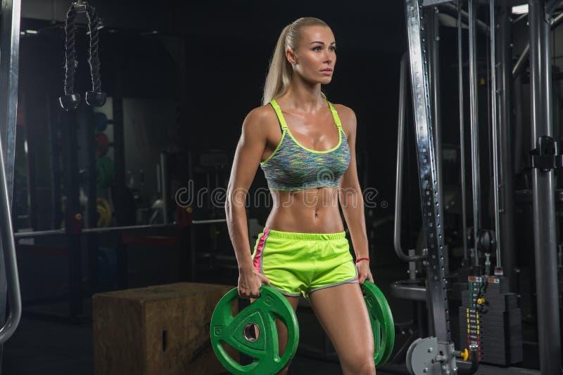 Bella ragazza con i muscoli perfetti Bionda Nel moderno immagine stock