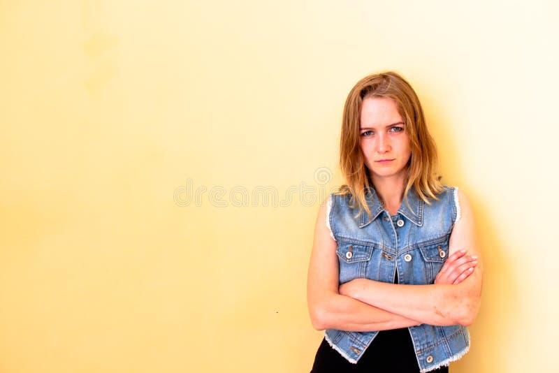 Bella ragazza con i suoi capelli che stanno sul fondo giallo Con tutto l'suo aspetto illustra l'emozione di passione a immagini stock libere da diritti