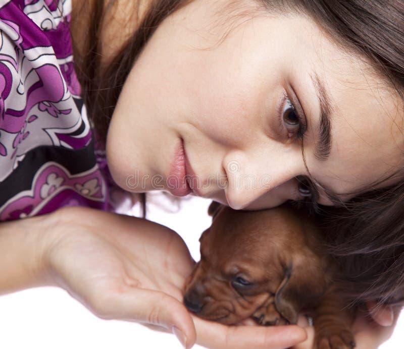 Bella ragazza con il cucciolo fotografie stock